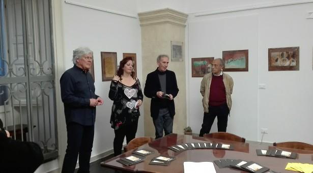 """Quei muri dalle forme e dai colori così strani. Aperta la mostra di Carlo Nardelli al """"Brancati""""."""