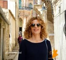 """Sonia (Livia) Bergamasco per le strade di Scicli. Sta """"girando"""" per il """"Commissario"""""""