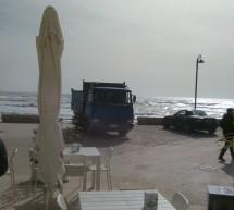 Adesso anche i camion parcheggiati sul Lungomare di Sampieri (isola pedonale)