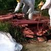 Discarica abusiva di amianto a Cava d'Aliga: operazione di rimozione.