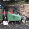 A fuoco cassonetti dei rifiuti.