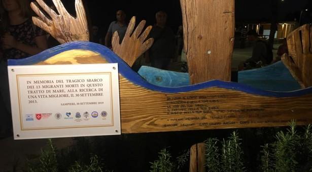 Una scultura ricorda i migranti, vittime del naufragio del 2013 a Sampieri.