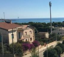 L'antenna che rompe il paesaggio a Sampieri